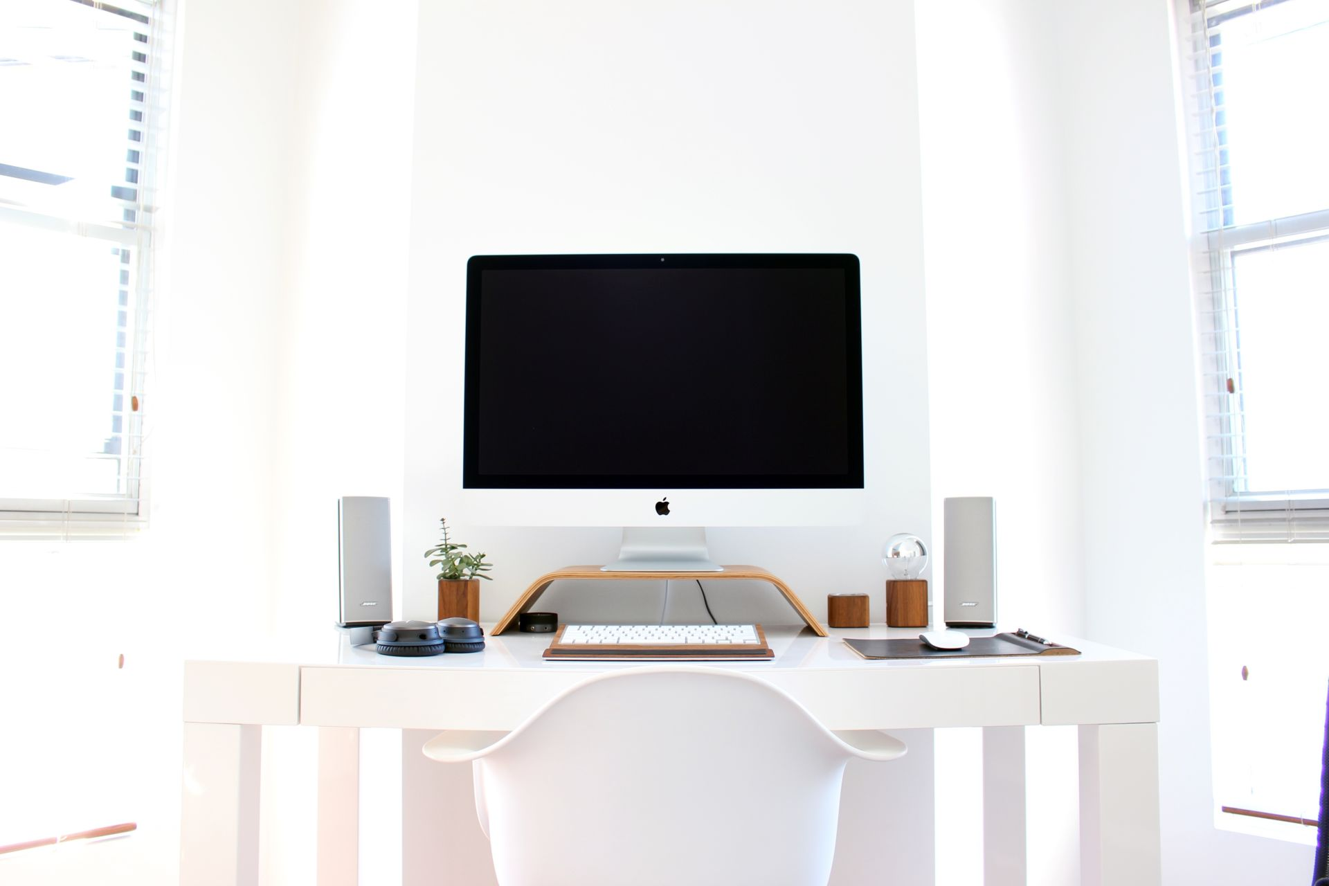 10 tips to help you to declutter, re-organize, and revamp your workspace