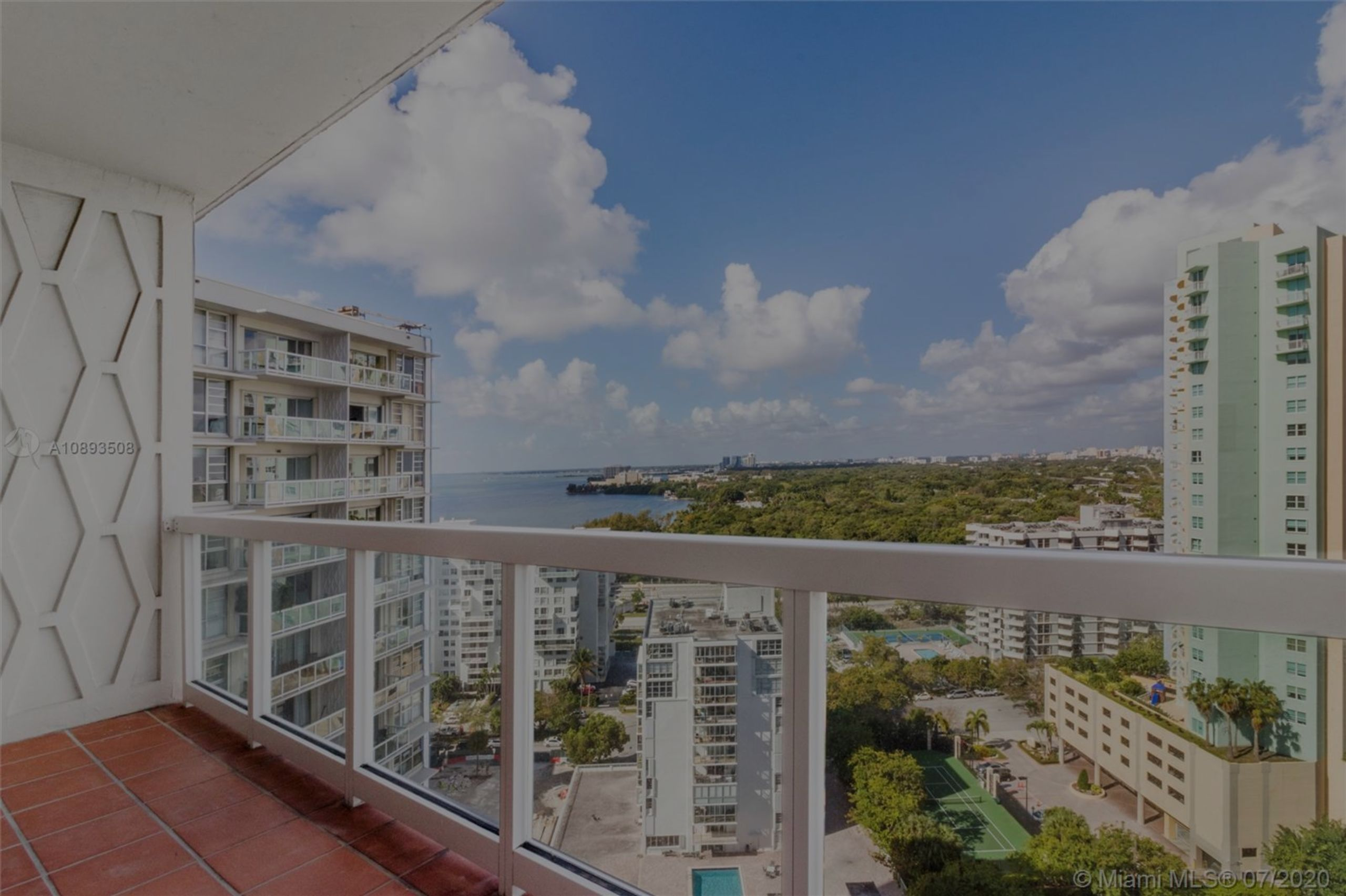 Beautiful partial water and city views from the large balcony of this charming 1 Bedroom, 1 Bathroom condo located at Brickell Townhouse.