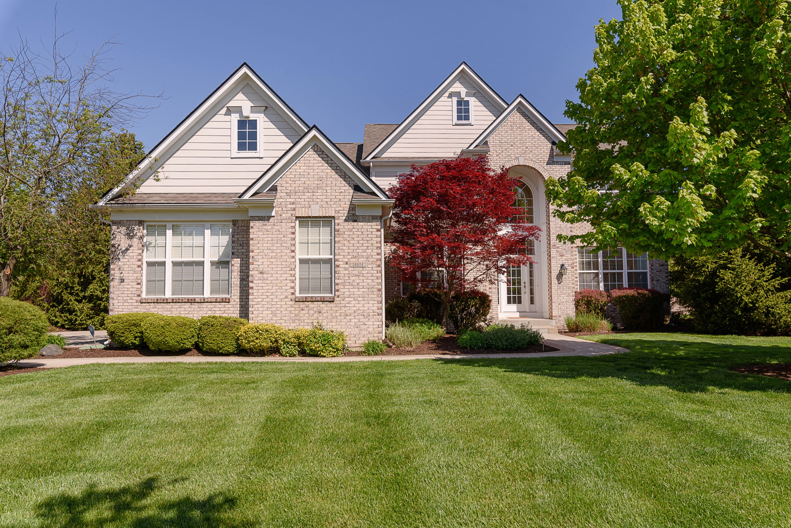SOLD IN FISHERS $11k OVER LIST PRICE!  (2 DOM, MULTIPLE OFFERS)