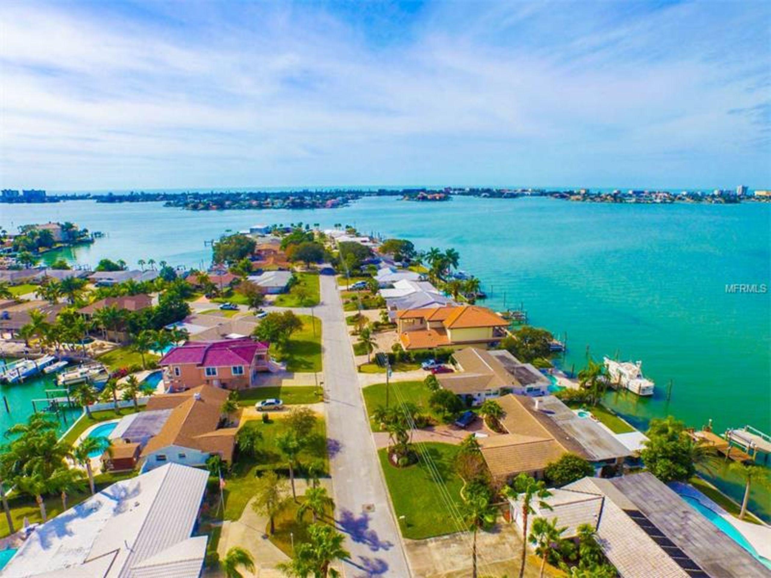 Bayfront home is True Pradise in the plush OAKHURST SHORES, Seminole, FL