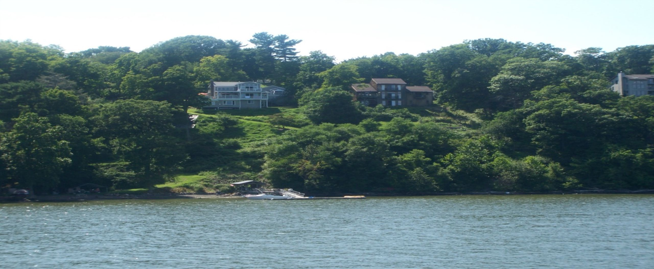 Homes  on the  bank of the Hudson River