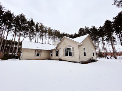 3D Home Tour! New Listing in Delton Woods!