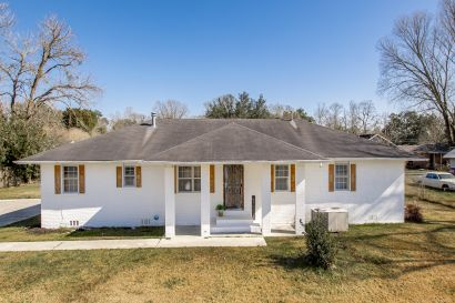 Farmhouse Cutie in Gonzales