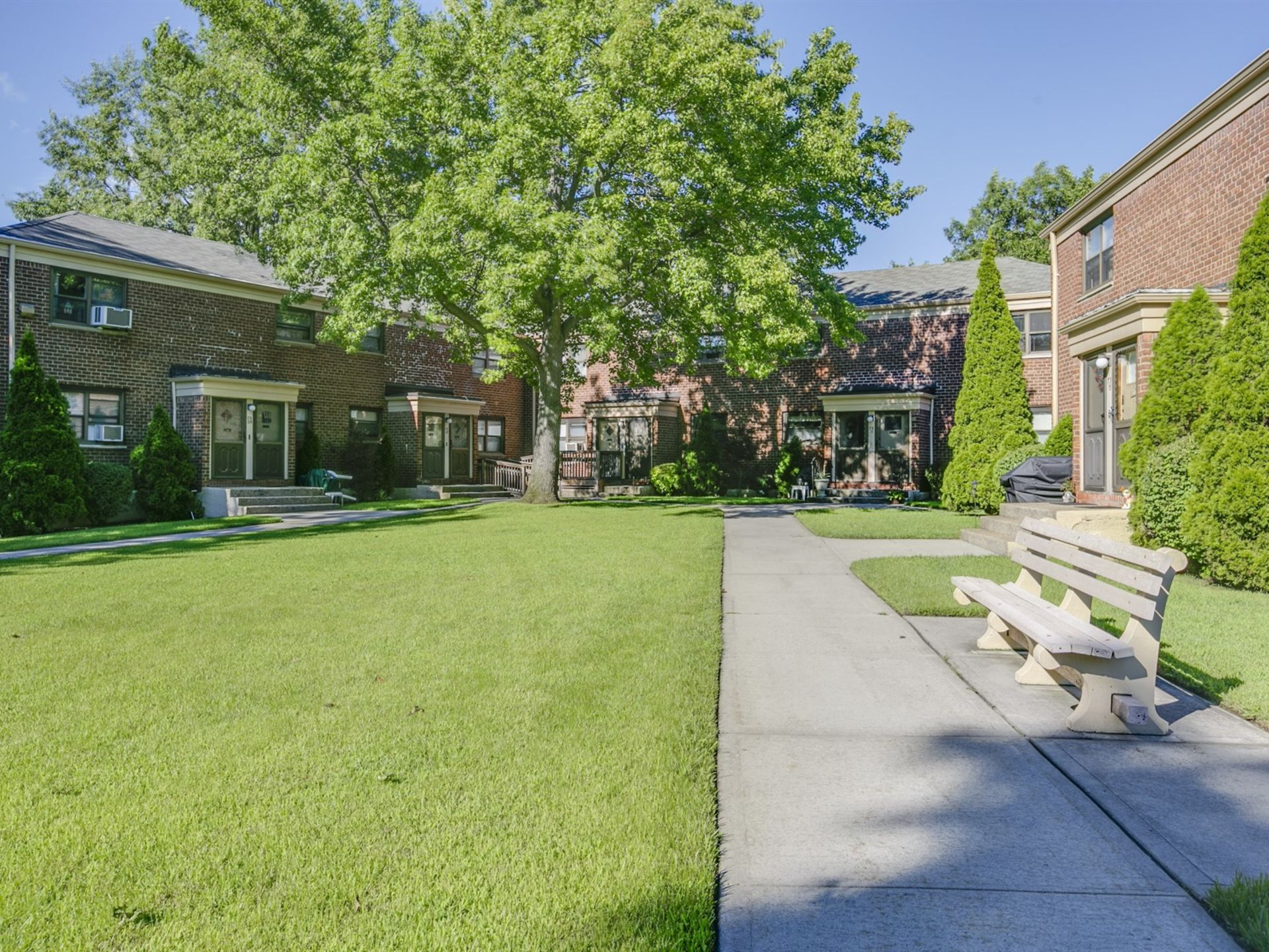 JUST LISTED: Charming Upper Unit In Windsor Oaks