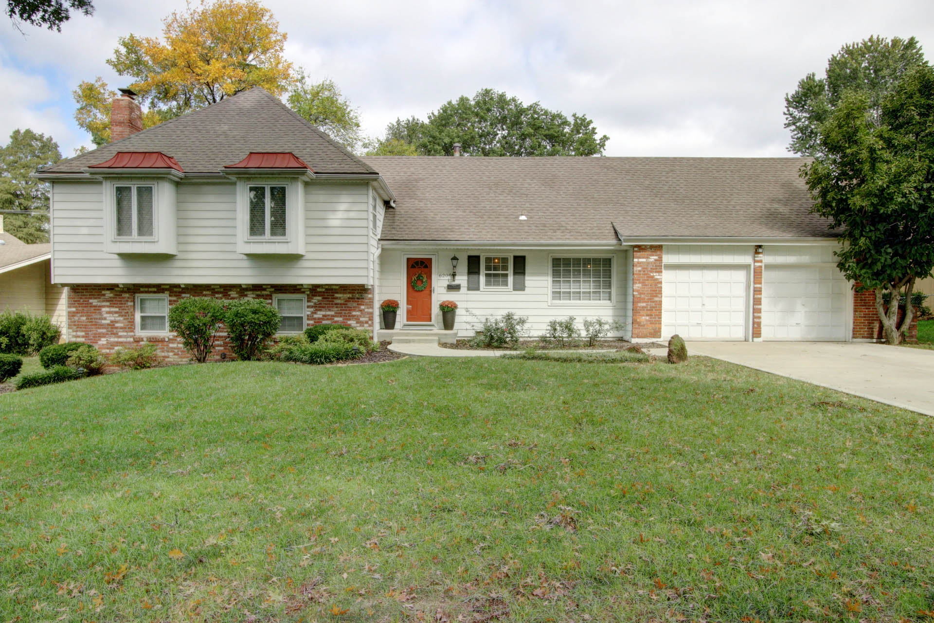 JUST LISTED! 2 OPENS! Beautifully Updated in Sought After Round Hill