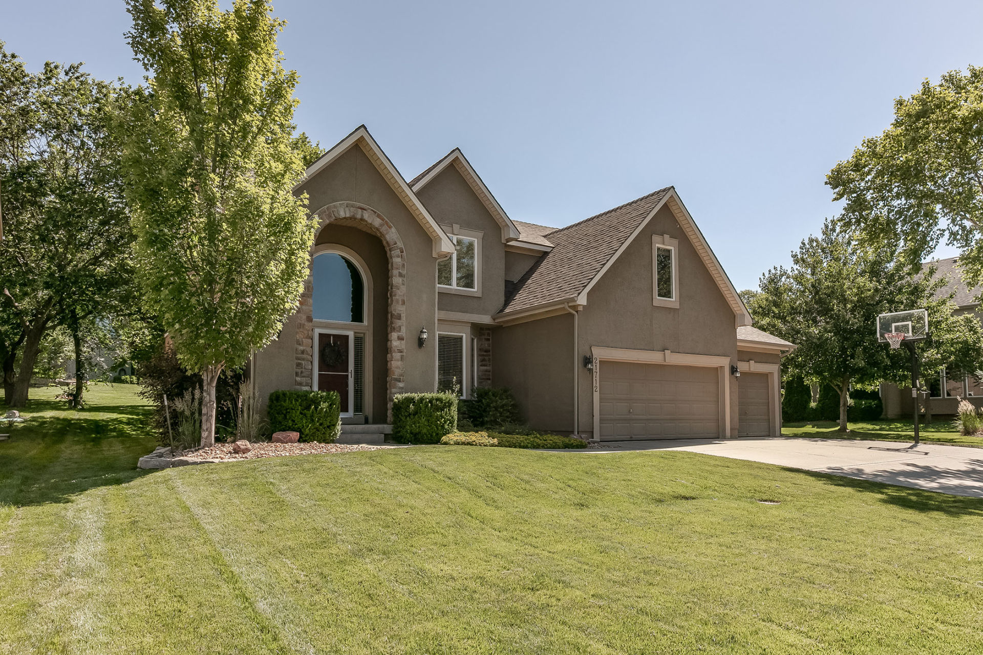 JUST LISTED! First OPEN HOUSE! WOW Curb Appeal in Shawnee!