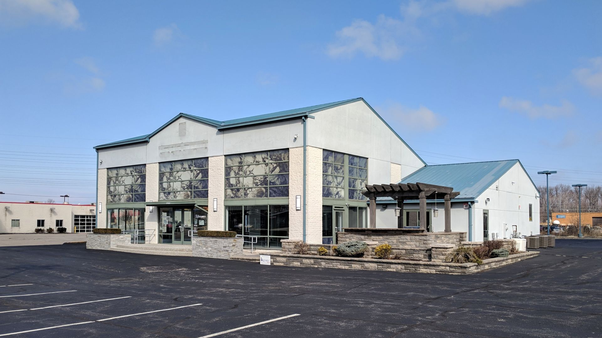 New Listing in Willoughby, Ohio. Very nice building!