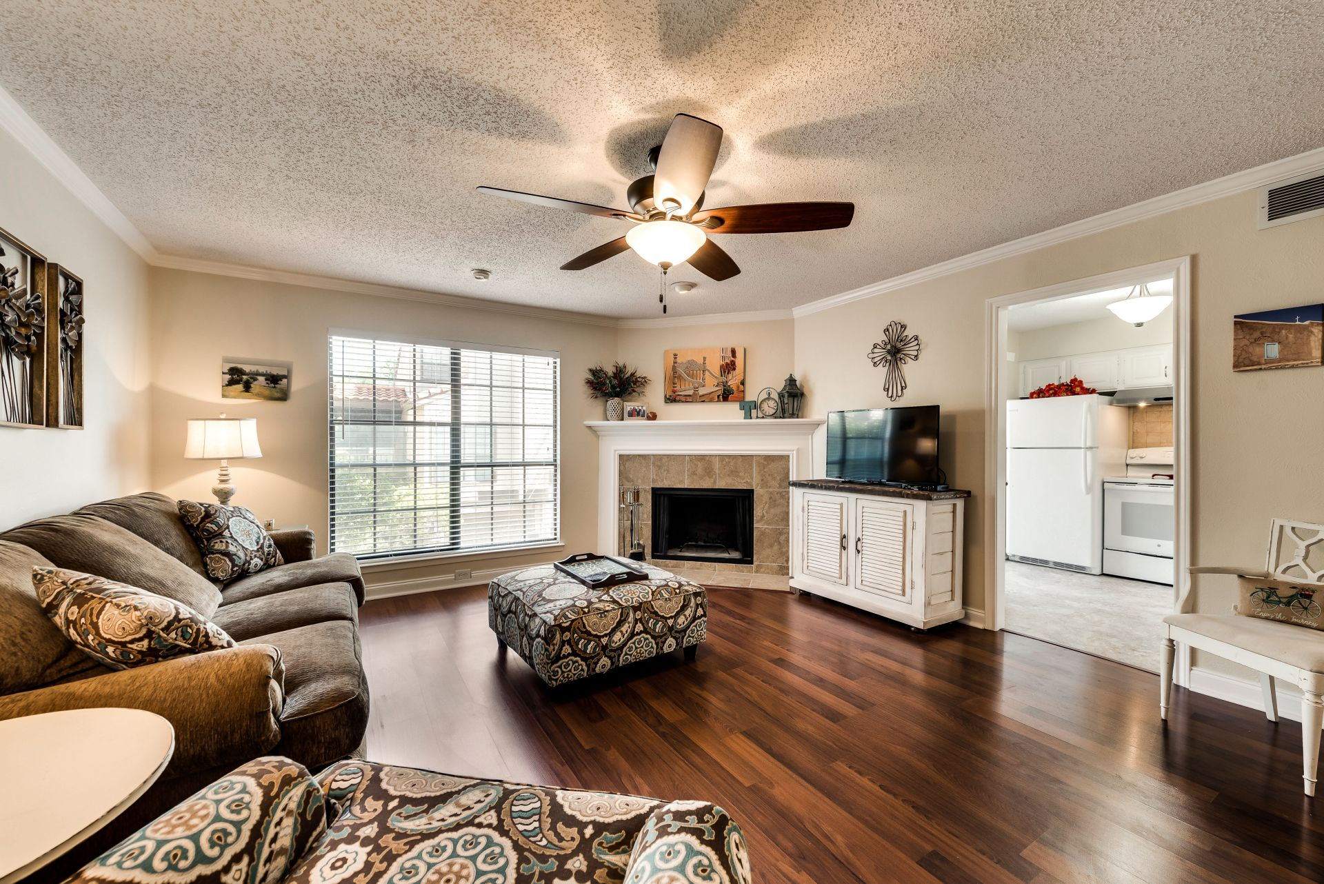 Beautiful 2 Bedroom, 2.5 Bath in Gated Community in Dallas!