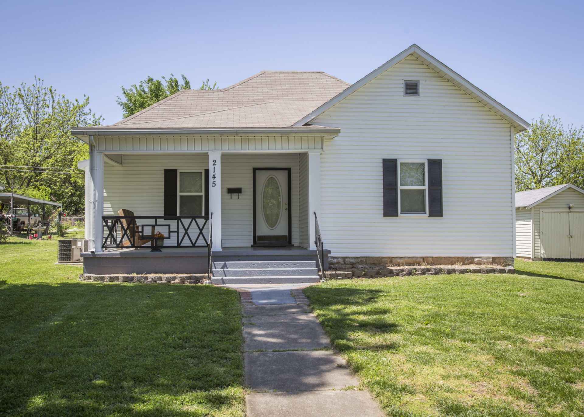 House For Sale in Springfield, MO. Hardwood Floors, Great Lot!