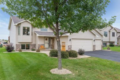 A Beautiful 4-Bedroom Split in Isanti is Calling Your Name